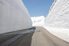 Ruta alpina de Tateyama Kurobe, pared de las montañas de la nieve en Toyama Pref imagen de archivo