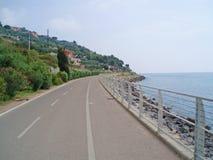 Ruta de ciclo en la ciudad de San Remo, Italia imagenes de archivo