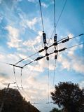 Ruta del trolebús Alambres eléctricos contra el cielo de la tarde foto de archivo