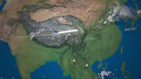 Ruta del vuelo comercial del aeroplano de Dubai a Tokio en el globo de la tierra almacen de video