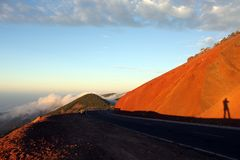 Ruta en montañas Fotos de archivo libres de regalías