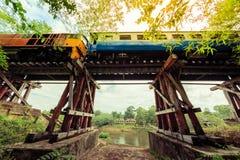 Ruta ferroviaria de la muerte histórica entre Tailandia y Birmania construidas durante guerra mundial foto de archivo