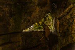 Ruta turística, rocas potentes y vegetación, cueva de la roca, interes Imagen de archivo