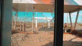 Ruta 66 vídeo roto de la cámara lenta de la ventana del camino 66 de la crisis que aprovisiona de combustible Vieja gasolinera ab almacen de metraje de vídeo