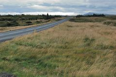 Ruta vacía de la grava en Islandia fotografía de archivo