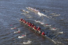 Rutgers Minnesota (inferior) (superior) compite con en el jefe de la universidad Eights de Charles Regatta Men Imagenes de archivo
