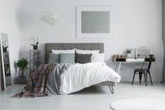 Rutig filt på sängen royaltyfria foton