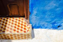 Rutig modell på trappa med den blåa väggen arkivbilder