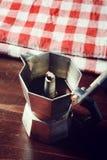 Rutig servett på trätabellen med den röda kaffekoppen Royaltyfri Fotografi