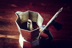 Rutig servett på trätabellen med den röda kaffekoppen Royaltyfri Foto