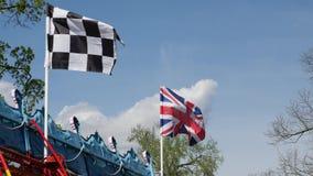 Rutig tävlings- flagga och den brittiska flaggan arkivfilmer