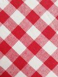 Rutig tabelltorkduk med röda och vita fyrkanter mönstrad fyrkanten abstrakt textur för tyg för bakgrundsclosedesign upp rengöring royaltyfria bilder