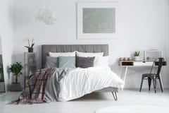 Rutiga bedsheets som ligger på säng Royaltyfri Foto