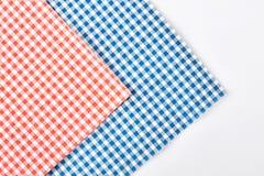Rutiga servetter för torkduk, vit bakgrund Arkivfoto
