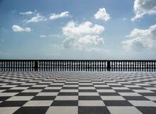 Rutigt golv i stadsfyrkant Arkivbild