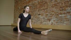 Rutina de la flexibilidad del gimnasta del entrenamiento de la aptitud del deporte almacen de metraje de vídeo