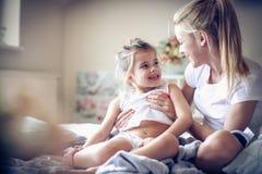 Rutina de la mañana Madre e hija fotografía de archivo