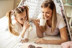 Rutina de la mañana de la madre y de la hija imagen de archivo libre de regalías