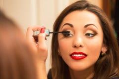 Rutina del maquillaje de la mujer joven hermosa Foto de archivo