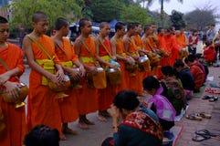 Rutina que ofrece en un sitio del patrimonio mundial en Laos Foto de archivo