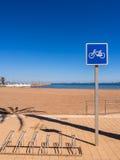Rutt för cirkulering för sjösidaferiesemesterort, Spanien fotografering för bildbyråer