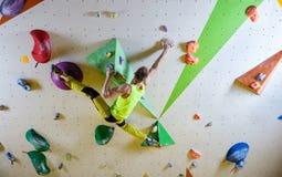 Rutt för klättring för ung man bouldering Royaltyfria Foton