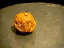 Rutten sten för mandarinobsvart arkivbild