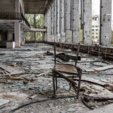 Rutten stol i övergiven byggnad Royaltyfri Foto
