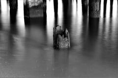 Rutten stolpe i vatten Royaltyfri Fotografi