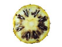 Ruttna ananasskivor som isoleras på vit bakgrund med den snabba banan Arkivfoton