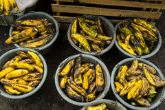 Ruttna bananer i plast- handfat sålde i lågprisfotoet som togs i Bogor Indonesien Arkivbilder