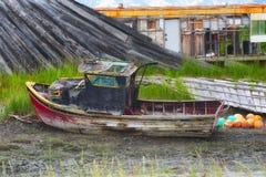 Ruttna fartyget längs den Kachemak fjärden Arkivfoton