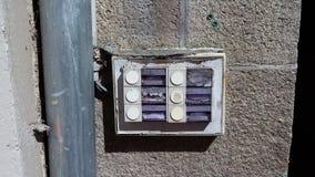 Ruttna vänstra dörrklockor Arkivbild