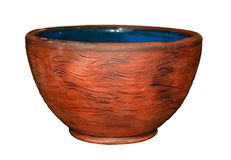 Ruvido della tazza ceramica fatta a mano deliberatamente isolato su fondo bianco fotografia stock