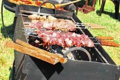 Ruw barbecuevlees op brand Voedsel Stock Afbeelding