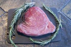 Ruw blauwvintonijnlapje vlees met rozemarijn Stock Fotografie