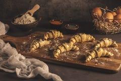 Ruw croissant met ingrediënten royalty-vrije stock foto