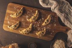 Ruw croissant met ingrediënten stock afbeelding