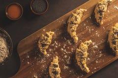 Ruw croissant met ingrediënten stock fotografie
