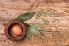 Ruw ei op houten achtergrond, hoogste mening Royalty-vrije Stock Foto's
