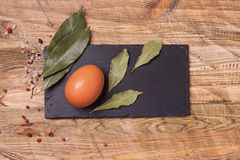 Ruw ei op houten achtergrond, hoogste mening Royalty-vrije Stock Foto