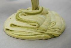 Ruw eigengemaakt Deeg met het Groene Gieten van Theematcha over Bakselblad Cakerecept Het geleidelijke Dessert Voorbereidingen tr Royalty-vrije Stock Foto