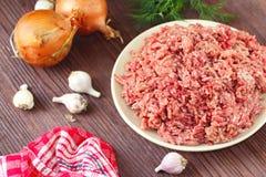 Ruw fijngehakt rundvlees in een kom stock foto