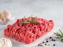 Ruw fijngehakt rundvlees op lichtgrijze cementachtergrond royalty-vrije stock fotografie