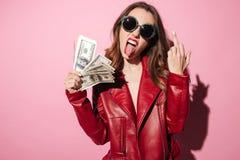 Ruw gek meisje in de bankbiljetten van het de holdingsgeld van het leerjasje royalty-vrije stock foto