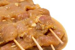Ruw gemarineerd vlees in plaat voor varkensvleesbbq vleespen dicht omhoog Royalty-vrije Stock Foto