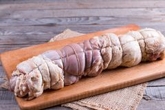 Ruw geroosterd die varkensvleesbroodje met groenten en knoflook wordt gevuld royalty-vrije stock afbeeldingen