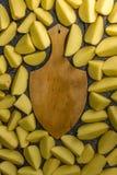 Ruw gesneden aardappelsvoedsel Aardappelachtergrond royalty-vrije stock afbeelding
