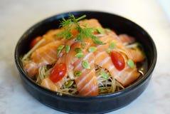 Ruw gesneden zalmvlees bovenop het kruidige Thaise de salade van de stijlpapaja dienen met vers tomaat en zaad stock afbeeldingen