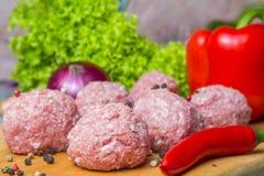 Ruw hak pasteitjes in het koken fijn de koteletten worden voorbereid op scherpe raad stock afbeelding